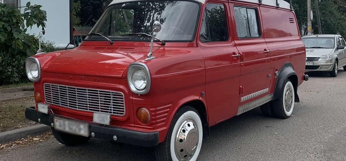 Яркий раритетный Ford появился на улицах Барановичей. Откуда он взялся и какова его история