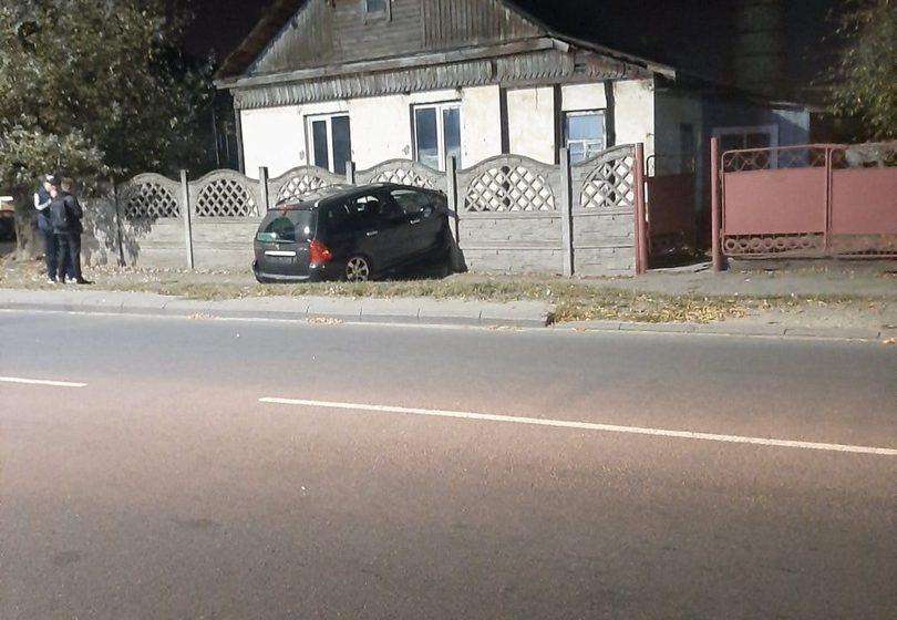 В Барановичах машина проломила забор. Фотофакт