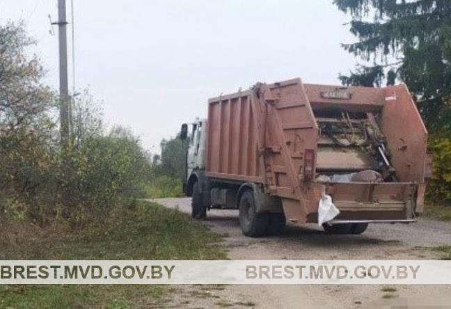 Мусоровоз задавил 41-летнего грузчика в Барановичском районе