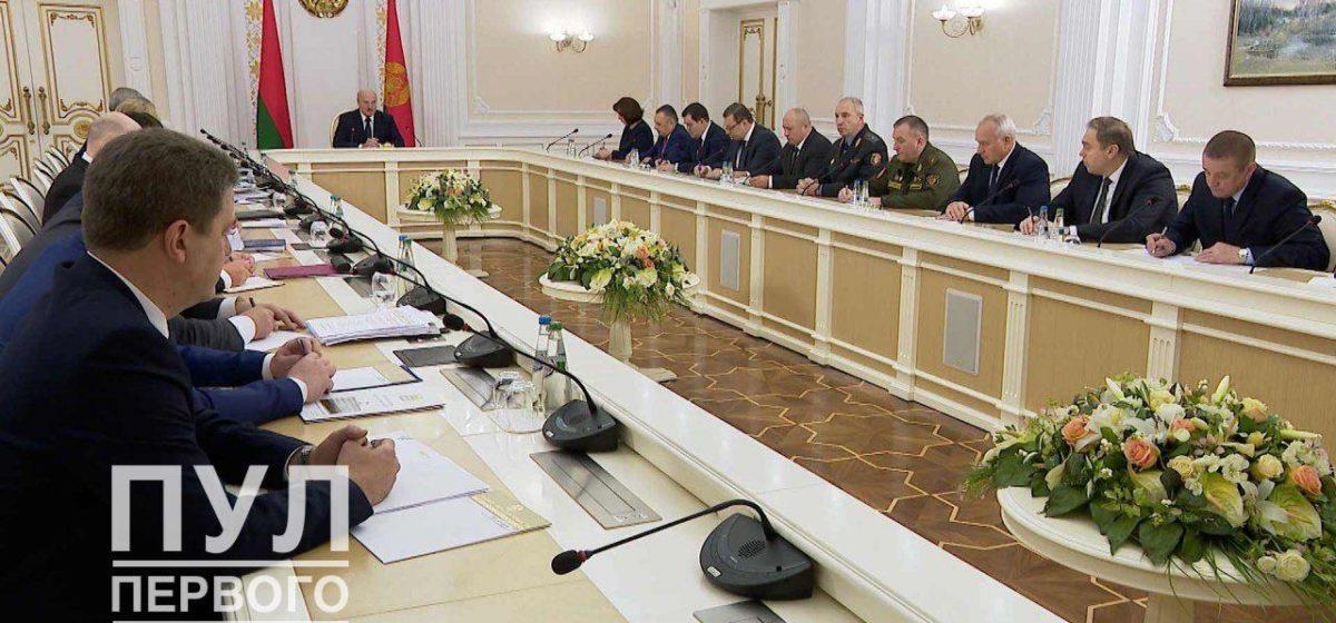 Кто сидит на «большом собрании» по правую и левую руку Лукашенко. Фотофакт