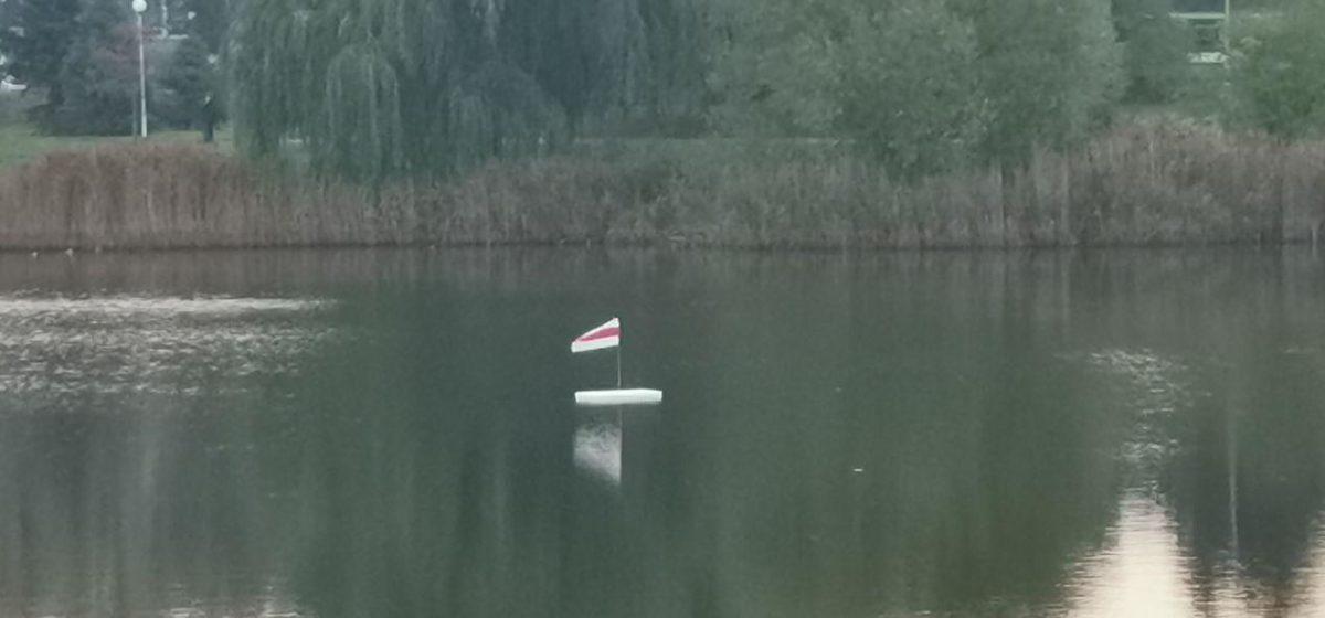 Плоты с бело-красно-белыми флагами были замечены посреди Светиловского и Жлобинского озер в Барановичах. Фотофакт
