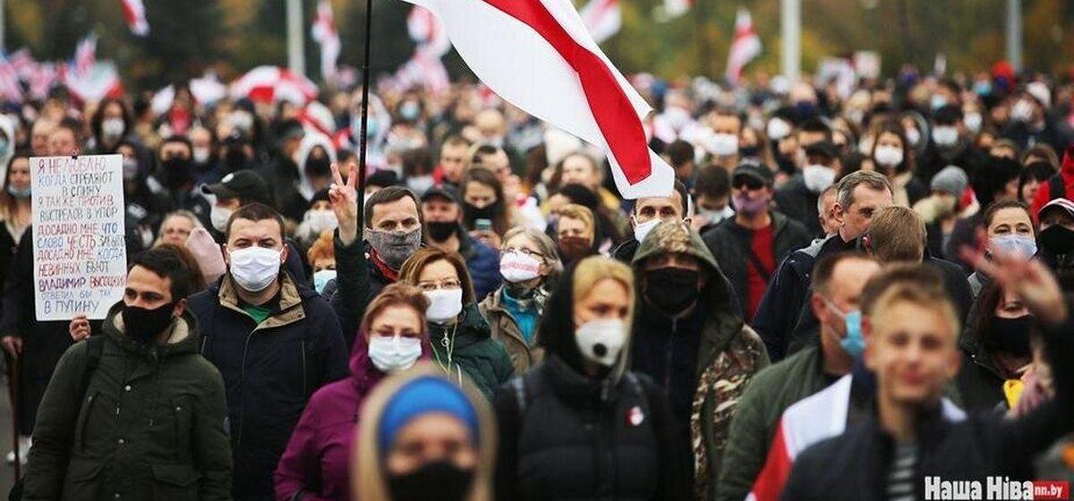 Военная техника, ограждения и цепи солидарности. В Минске проходит очередной марш протеста. Обновляется