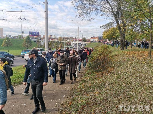 Сотни человек в районе станции метро «Пролетарская». Фото Tut.by