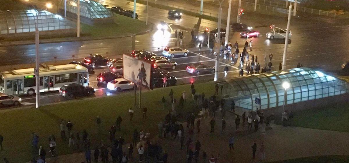 По всему Минску проходят стихийные акции протеста, перекрываются улицы