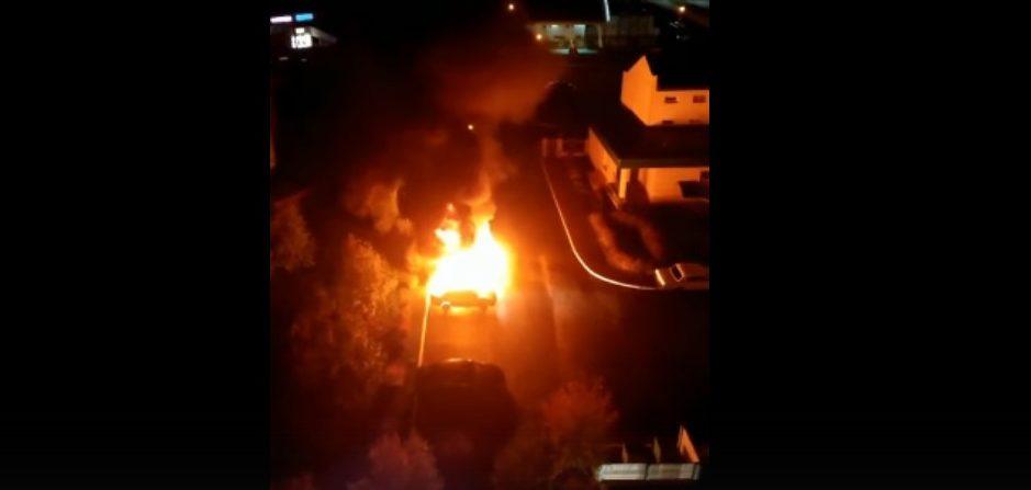 В Солигорске возле прокуратуры ночью горели машины. Видео