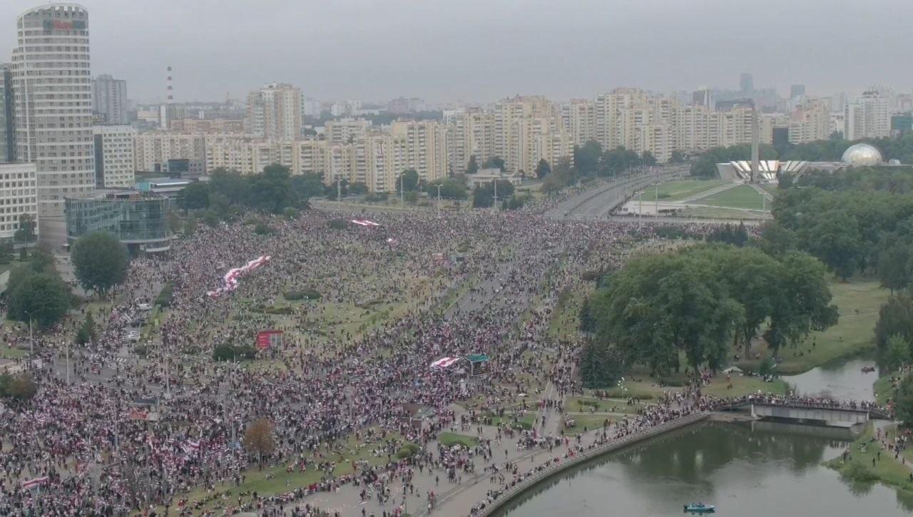 Снимок сделан 23 августа в 17.20, демонстранты у стелы. Фото читателя TUT.BY
