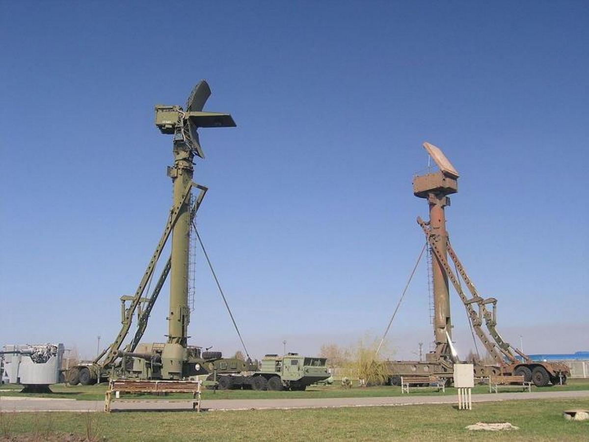 Слева вышка с низковысотным обнаружителем, справа — с радиолокатором подсвета и наведения. Фото: wikipedia.org