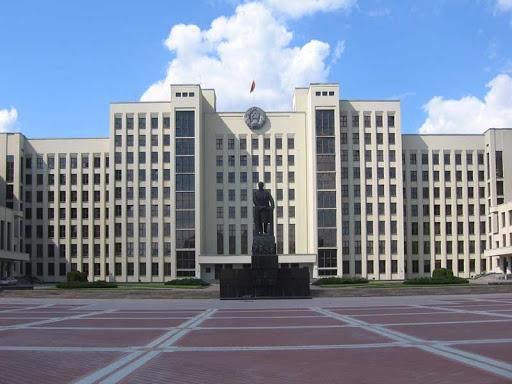 Политический обозреватель: «Штурмовать Дом правительства в Минске — примерно как штурмовать крытый Комаровский рынок. Во втором хотя бы есть что перекусить»
