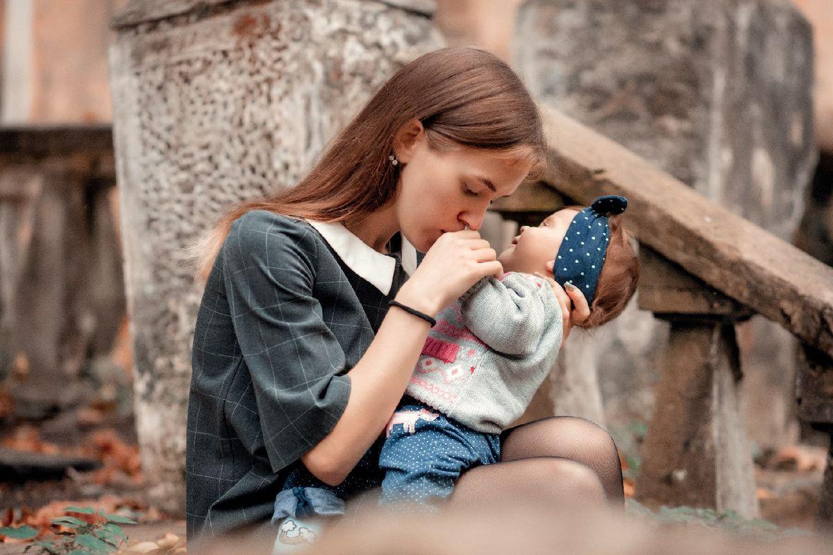 Мама Софийки, Юлия Жагунь, уже почти год борется за жизнь дочери и надеется, что неравнодушные люди окажут ей поддержку и помощь. Фото: личный архив