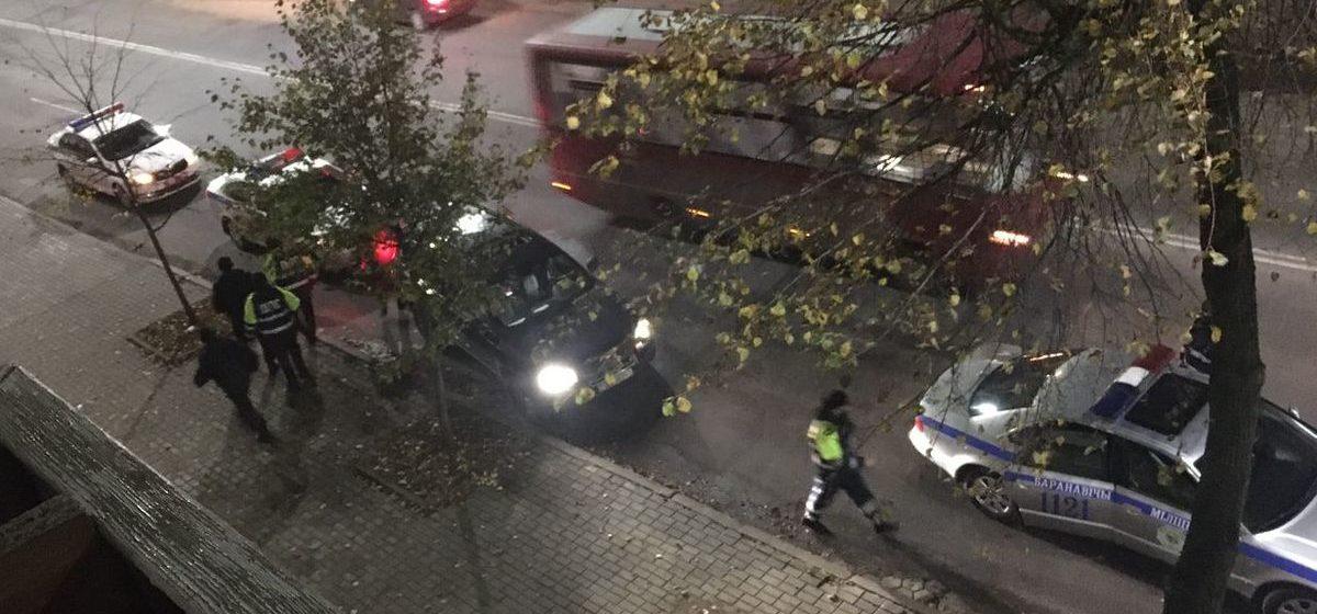 Сотрудники милиции остановили автомобиль с бчб-флагом. Фото: социальные сети