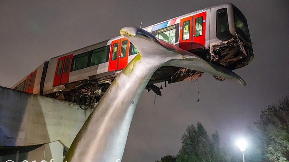 После аварии нидерландский поезд метро повис в воздухе. Фотофакт