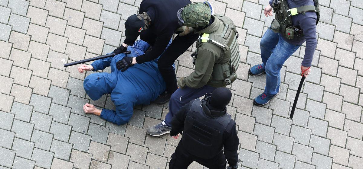Насилие не закончилось. Задержанные 8 ноября рассказали, как над ними издевались в автозаках, РУВД и изоляторах