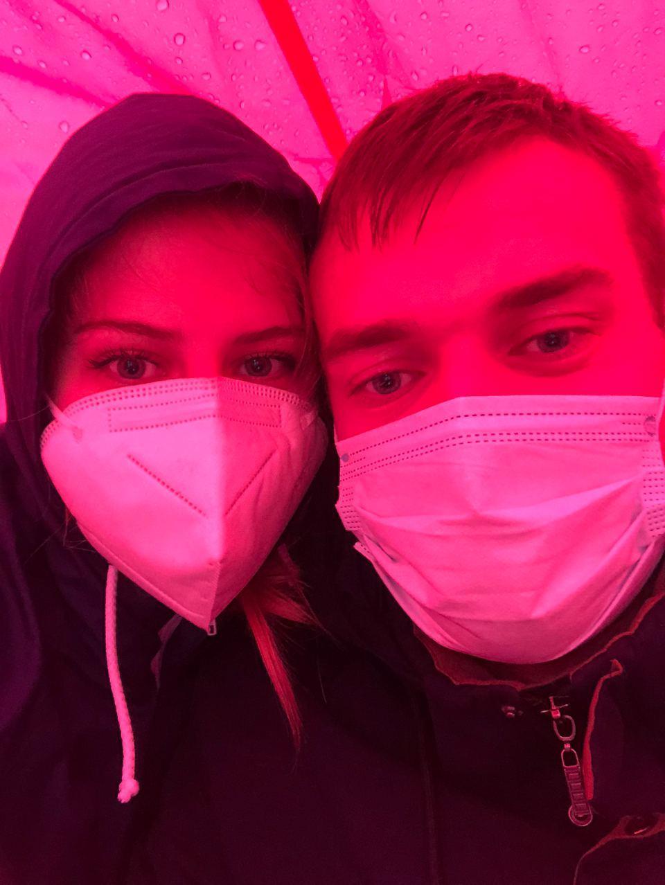 Юлия и Вячеслав прячутся от ливня во время сбора подписей / Фото из личного архива
