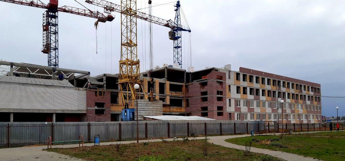 В новой школе в Барановичах заканчивают четвертый этаж и устанавливают окна