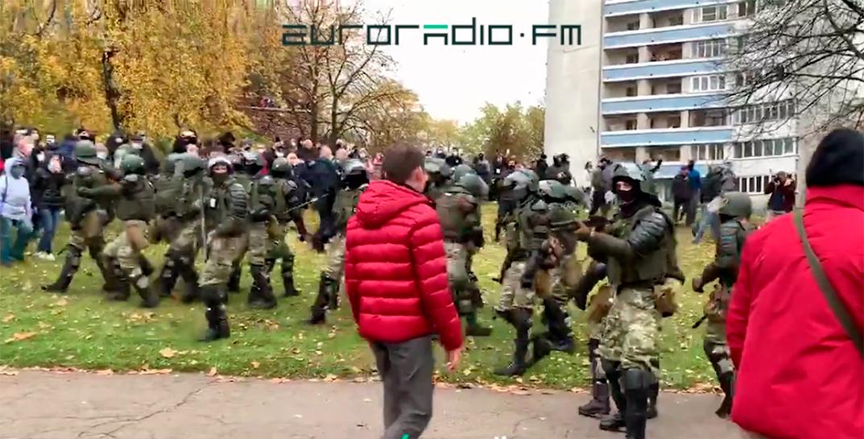 В Минске силовик направил оружие на протестующего, тот распахнул куртку и пошел дальше.  Видеофакт
