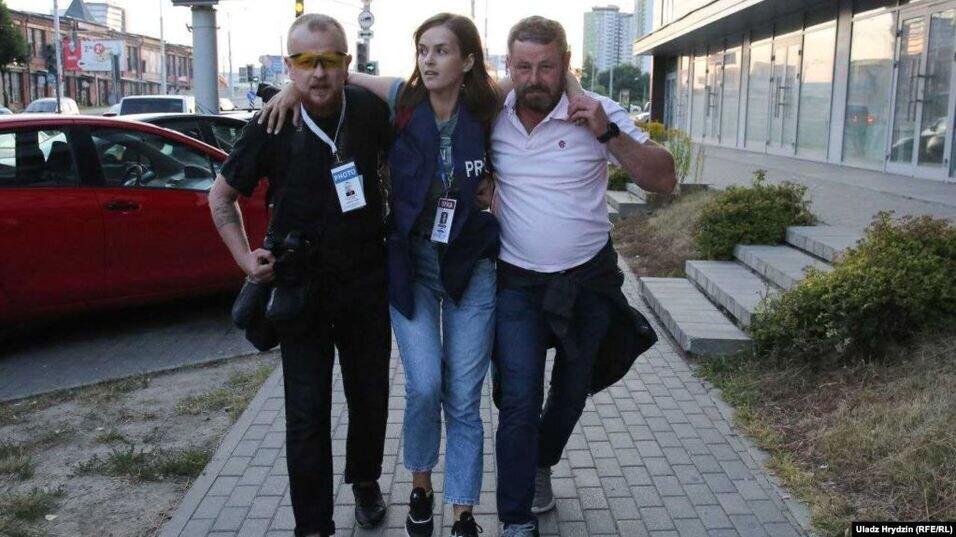 Коллеги помогают раненой Наталии Лубневской. Фото Владимира Гридина / Радыё Свабода