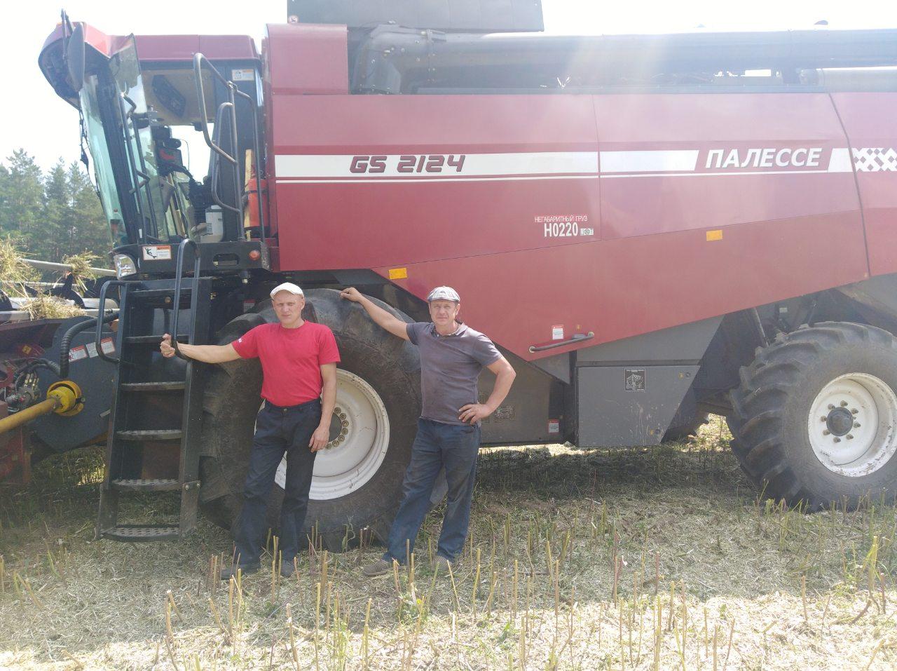 Александр Азарко с помощником Юрием Криницыным на уборке урожая. Фото: архив Александра АЗАРКО