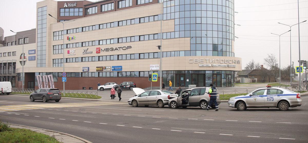 Три авто столкнулись из-за собаки, выбежавшей на дорогу на красный сигнал светофора в Барановичах