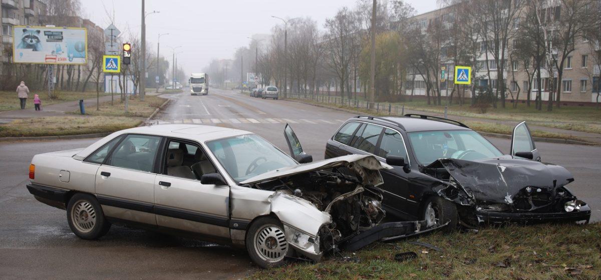 Одного водителя забрала скорая. «Ауди» и «БМВ» столкнулись в Барановичах