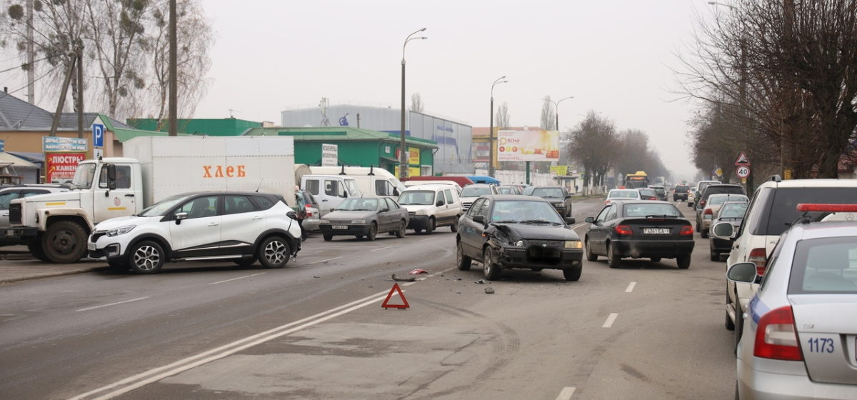 «Рено» и «Саманд» столкнулись в Барановичах. Видео аварии