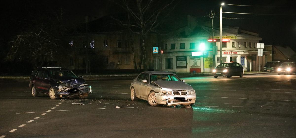 «Ровер» и «Рено» столкнулись на перекрестке в Барановичах