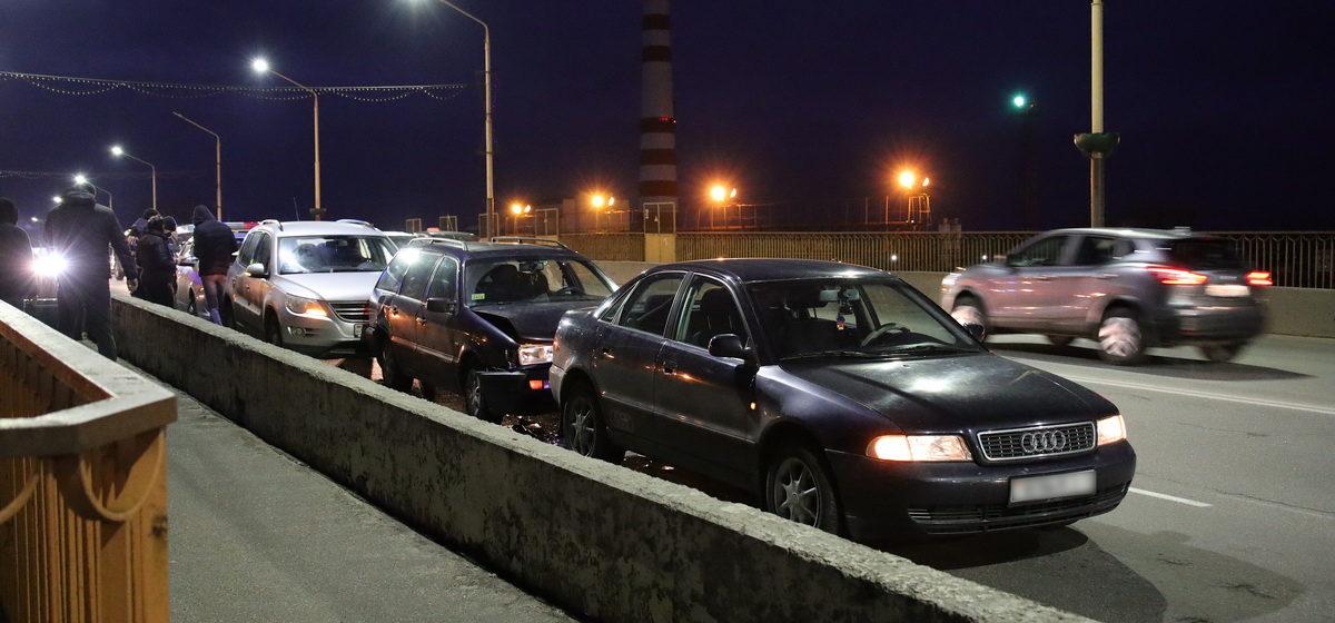 Паровозик из трех автомобилей образовался из-за ДТП на путепроводе в Барановичах