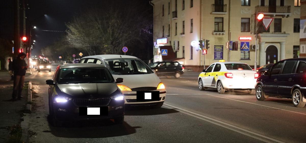 В Барановичах «Форд» врезался в такси, которое остановилось, потому что пассажиру стало плохо