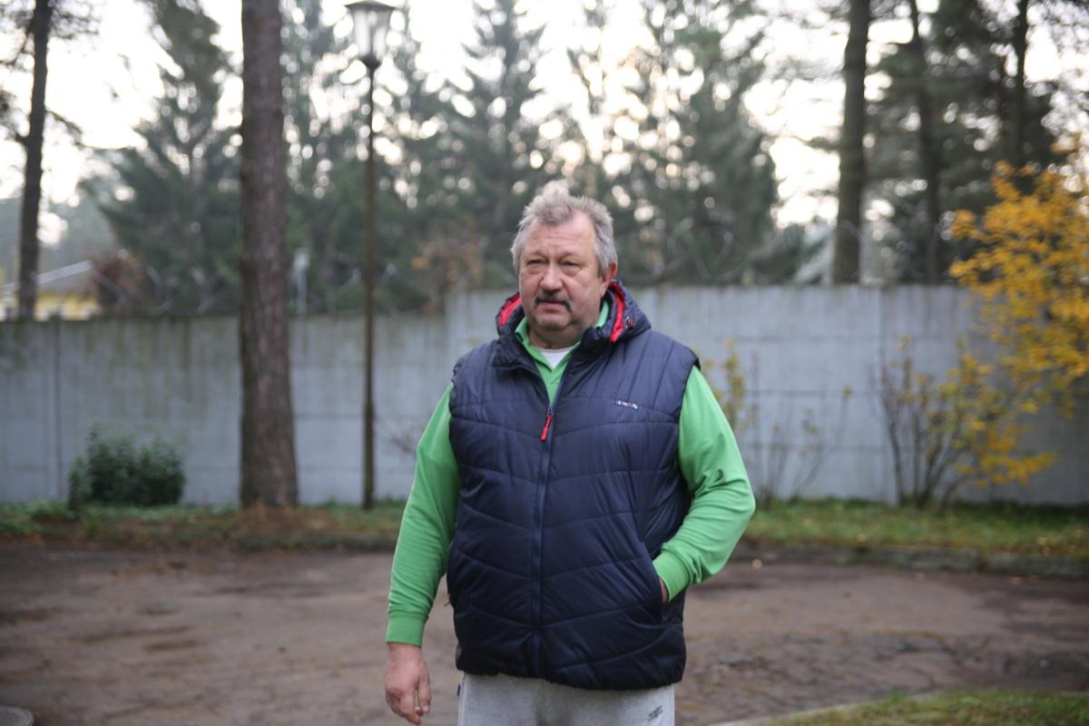 Николай Крупа несколько месяцев пытается добиться того, чтобы в темный двор его трехэтажки вернули освещение. Фото: Татьяна МАЛЕЖ