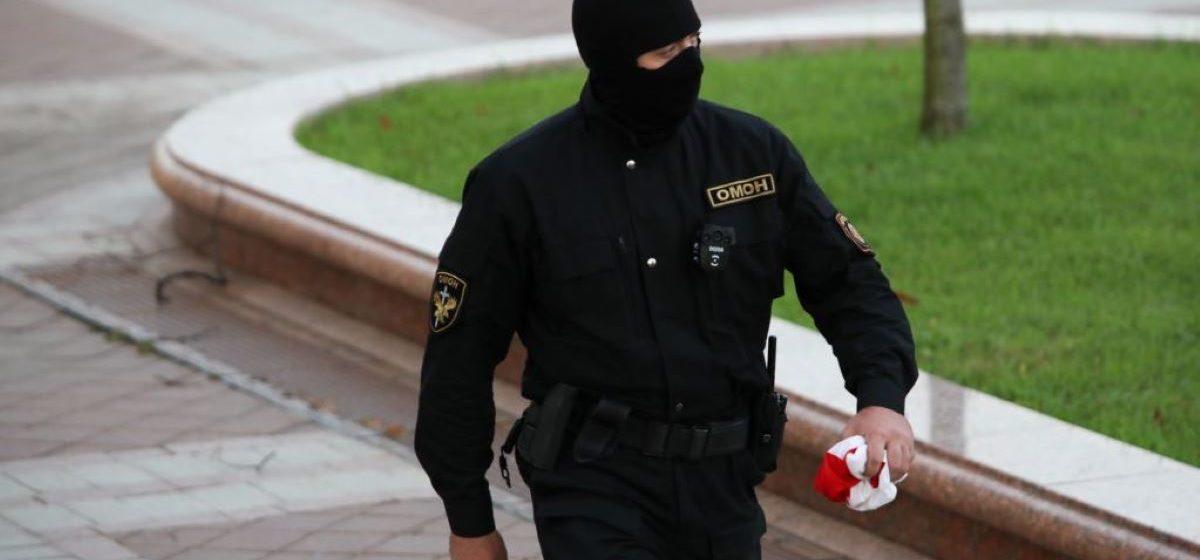 Потоптался бы омоновец по фотографии своей матери? Задержанных заставляют идти по бело-красно-белым флагам