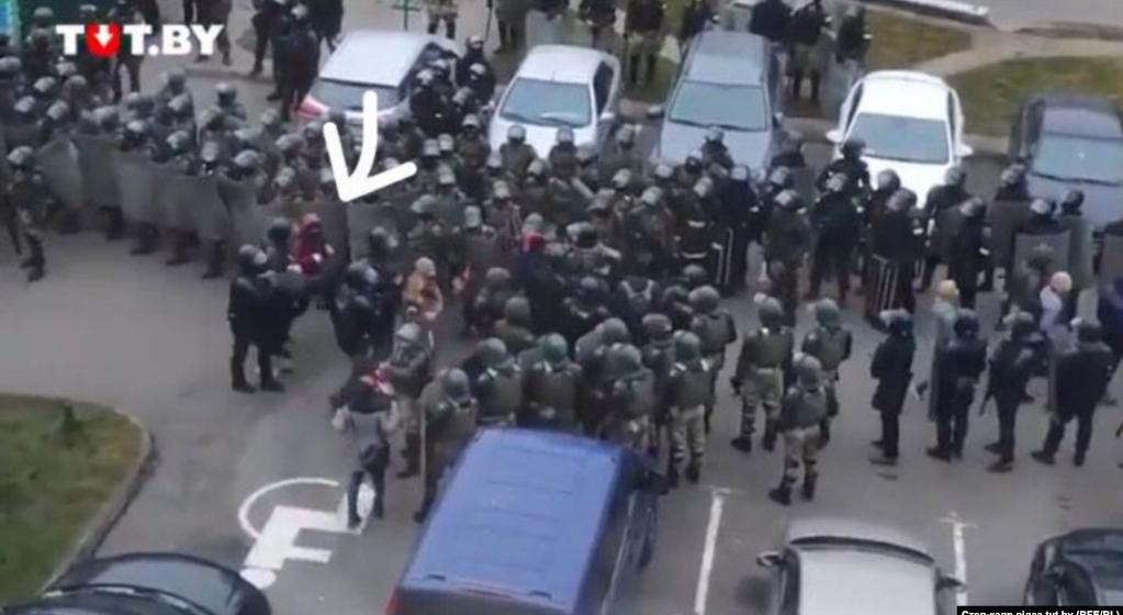 Жительница улицы неподалеку от «Площади перемен»: «Думала, что омоновец ведет меня «грузить», но он отвел в сторону и сказал: «Убегай отсюда, беги»