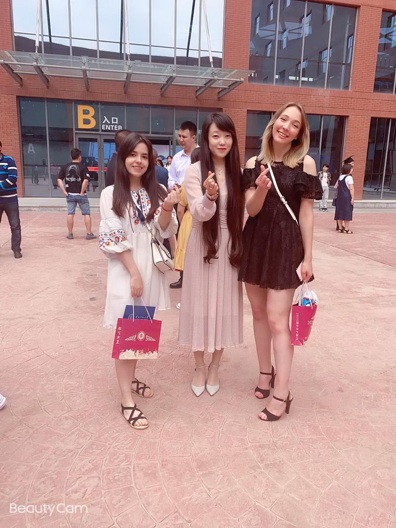 Анна Фесюн (слева) с преподавателем Бай Лаоши (в центре) и студенткой Анастасией из Беларуси. Жест, который показывают девушки, очень популярен в Китае при фотосъемке и означает «с любовью».