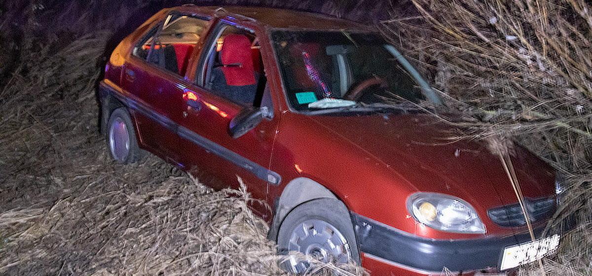 «Ситроен» улетел в кювет, уходя от столкновения в Барановичах. Второй автомобиль скрылся