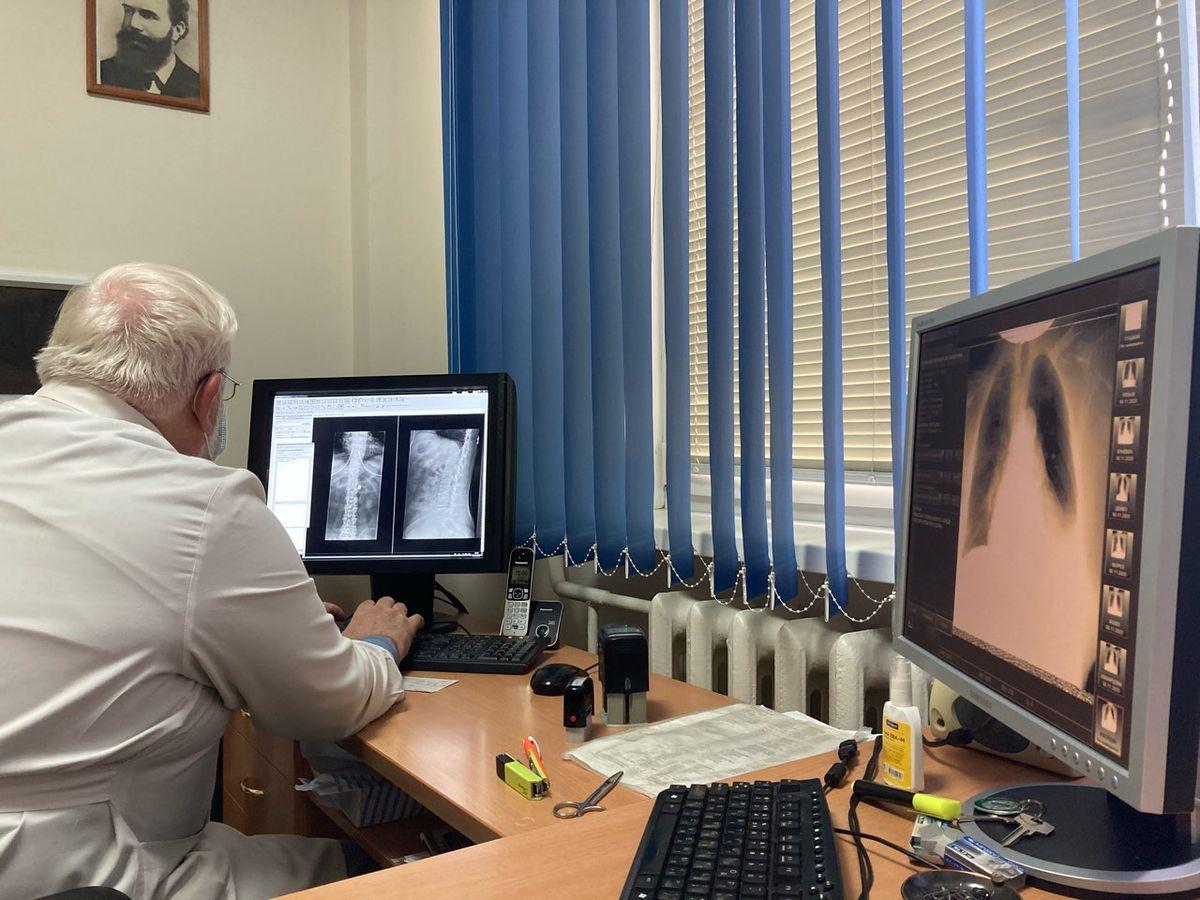 Владимир Златогуре изучает снимки пациентов