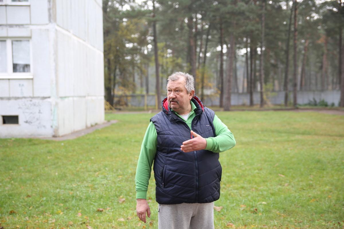 Николай Крупа несколько месяцев пытается добиться того, чтобы в темный двор его многоэтажки вернули освещение. Фото: Татьяна МАЛЕЖ