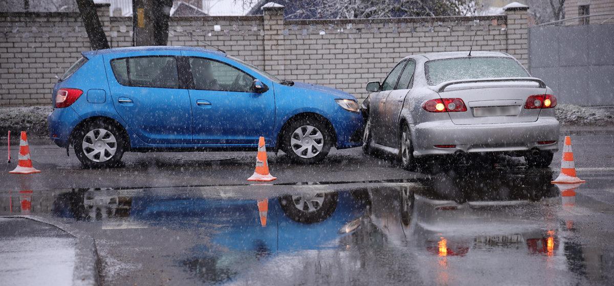 На перекрестке в Барановичах столкнулись два автомобиля. Фотофакт