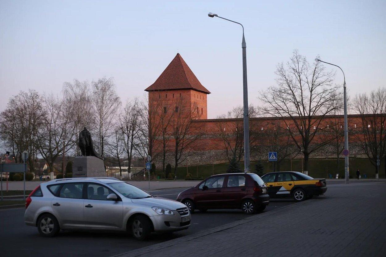 Лидский замок и памятник Гедемину. Фото: Никита ПАСТУХОВ