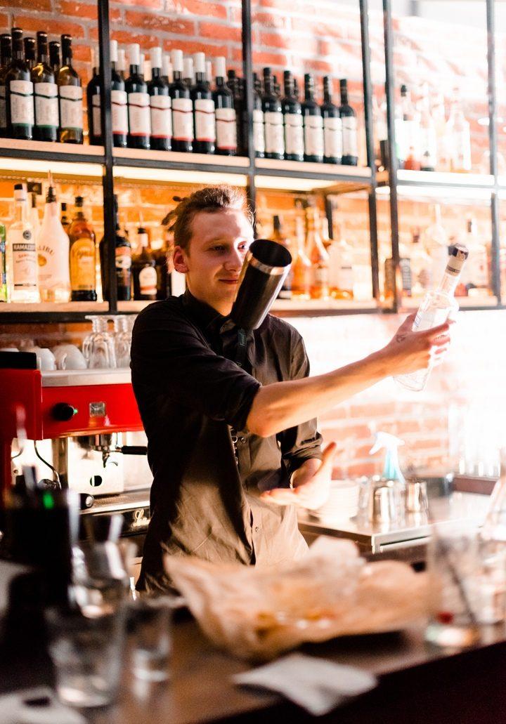 Антон Бычков готовит коктейль.