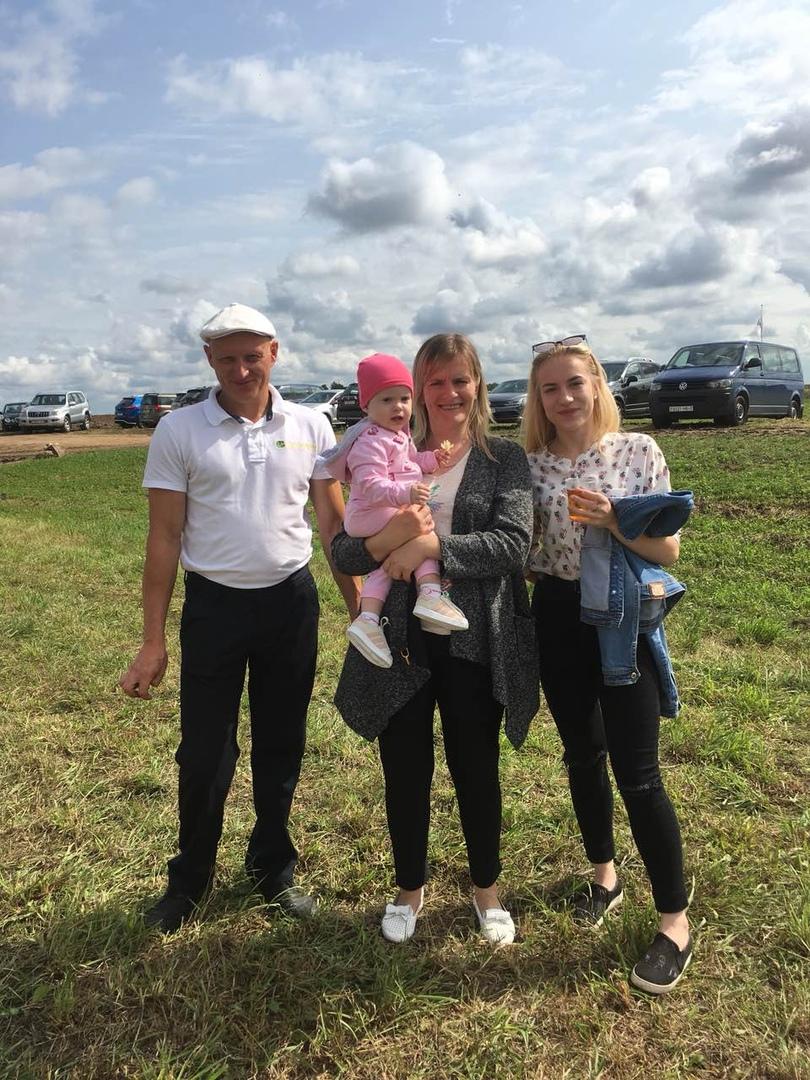 Александр Азарко с женой Оксаной, старшей дочерью Анастасией и младшей дочерью Ариной. Фото: личный архив