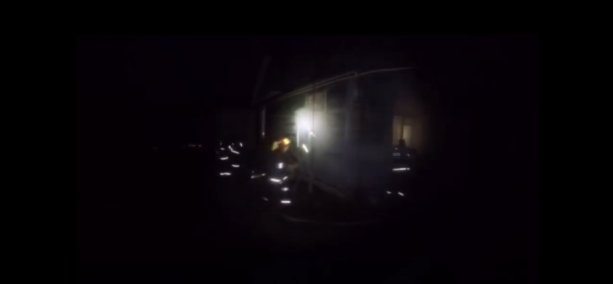Появилось видео, как сотрудники МЧС через окно спасают мужчину в Барановичах