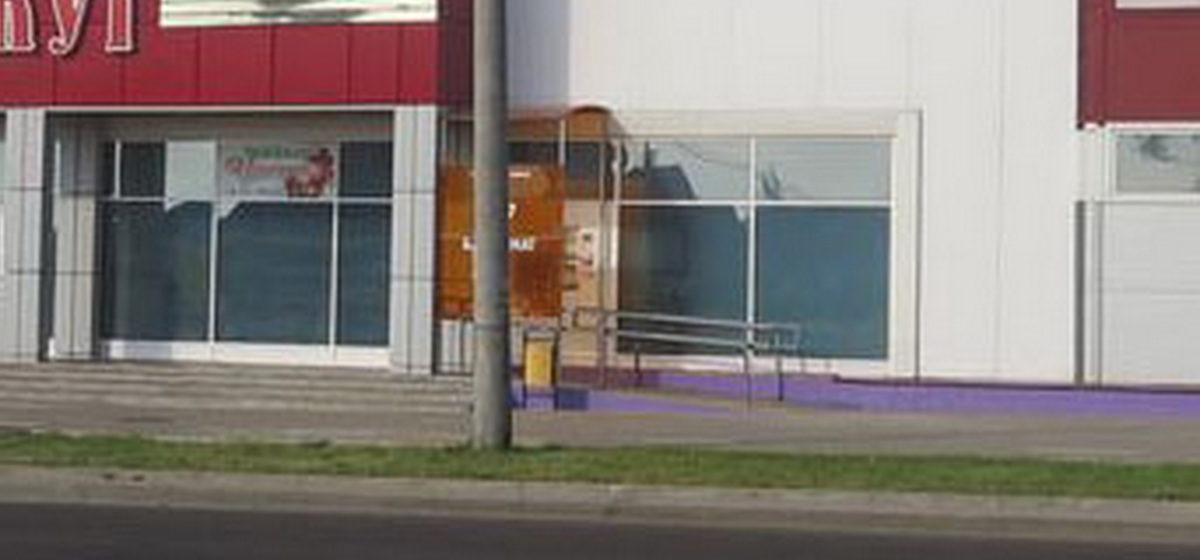 Вопрос-ответ. Куда пропал банкомат с фасада магазина в Боровках и вернется ли он на свое место?