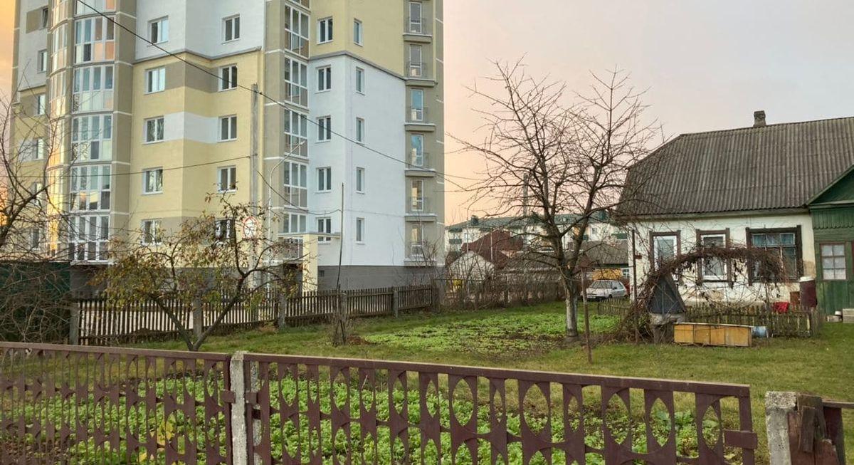 Слева – многоэтажный дом, который построили на месте заросшего участка. Справа – дом Людмилы Гурской. Фото: Ирина КОМИК