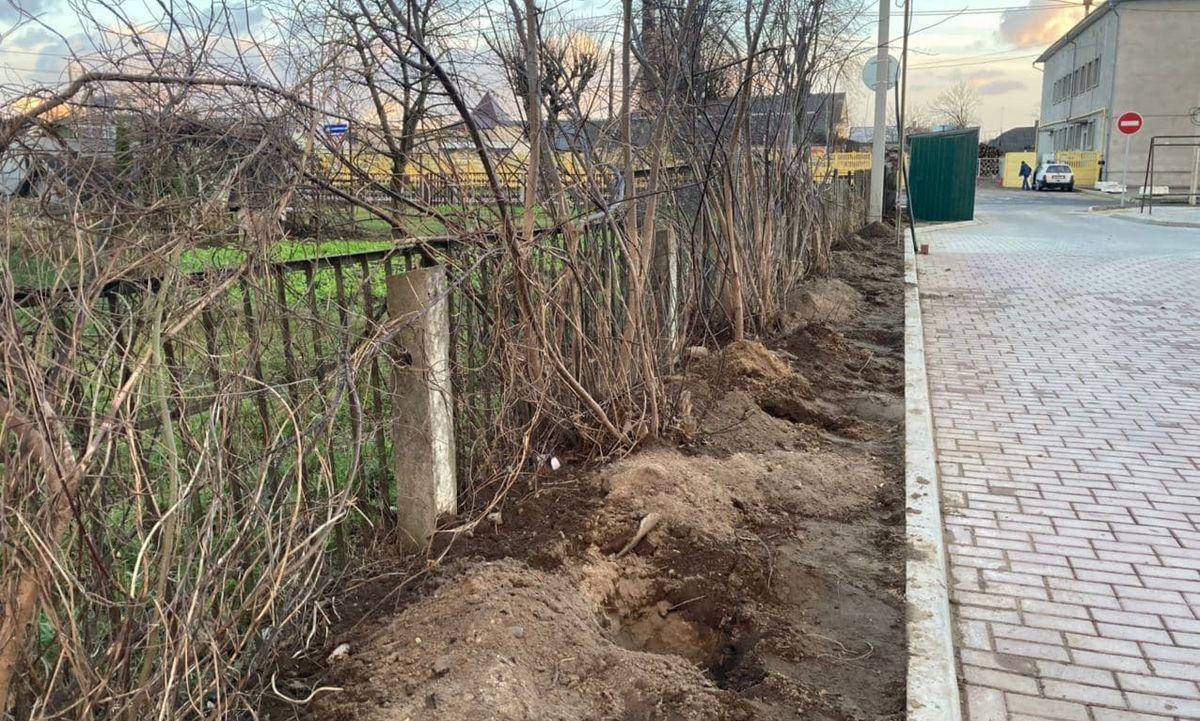 Лунки, которые выкопали рабочие для установки забора. Фото: Ирина КОМИК