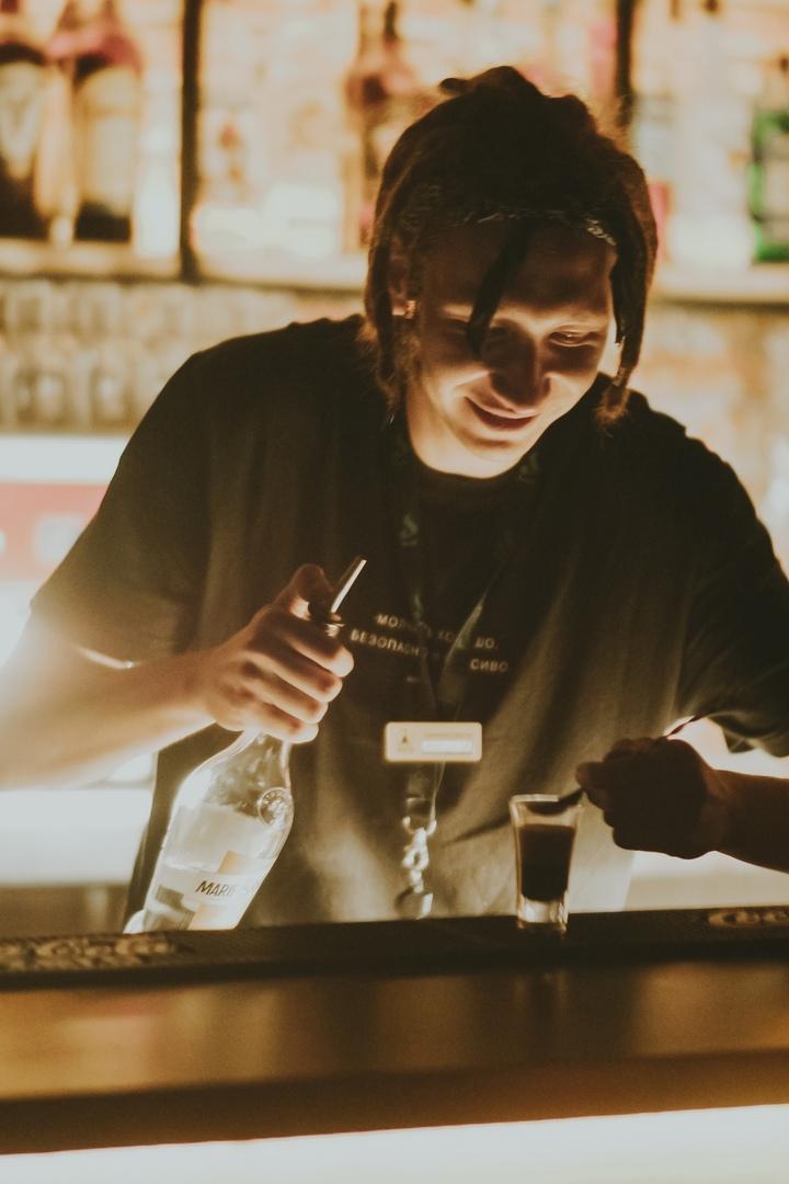 Антон Бычков готовит слоистый коктейль.