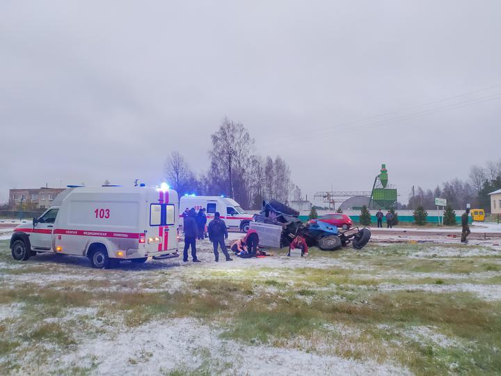 Трактор разлетелся на части после столкновения с фурой в Логойском районе – погиб один человек. Фото