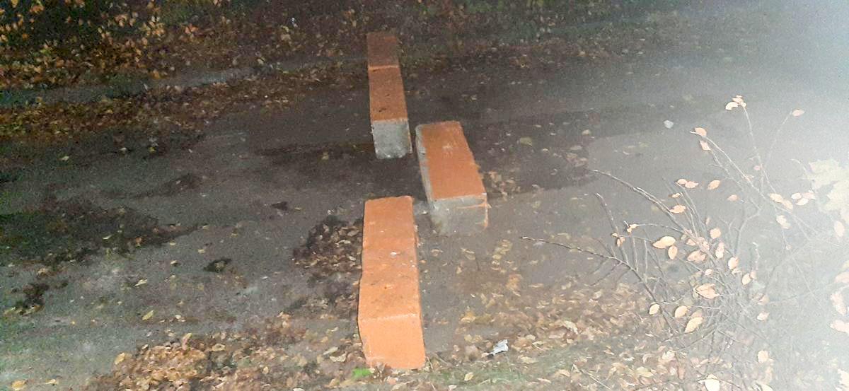 «Кто-то ставит их прямо на дороге». Что за странные блоки появились в одном из дворов Барановичей?