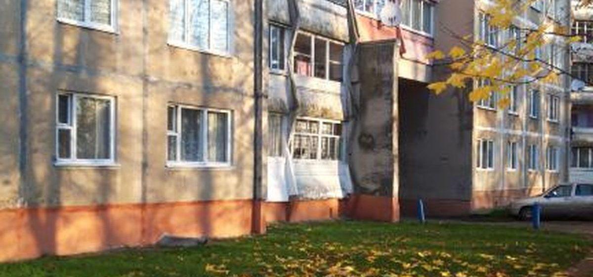 Лицо проступило на стене многоэтажки в Барановичах. Фотофакт