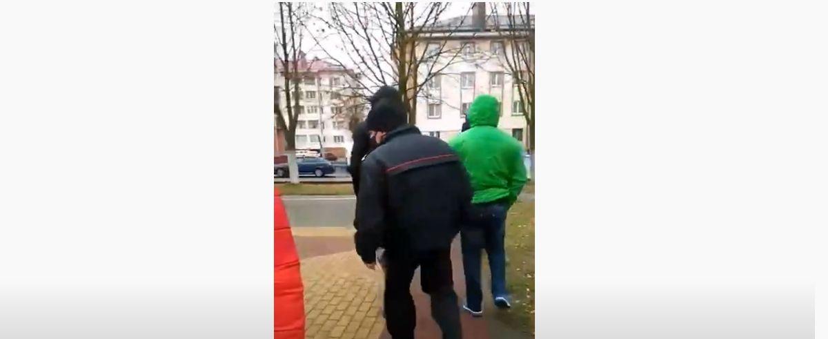 Людей, которые собрались в Ляховичах почтить память Романа Бондаренко, забрали «на беседу» в РОВД. Видеофакт