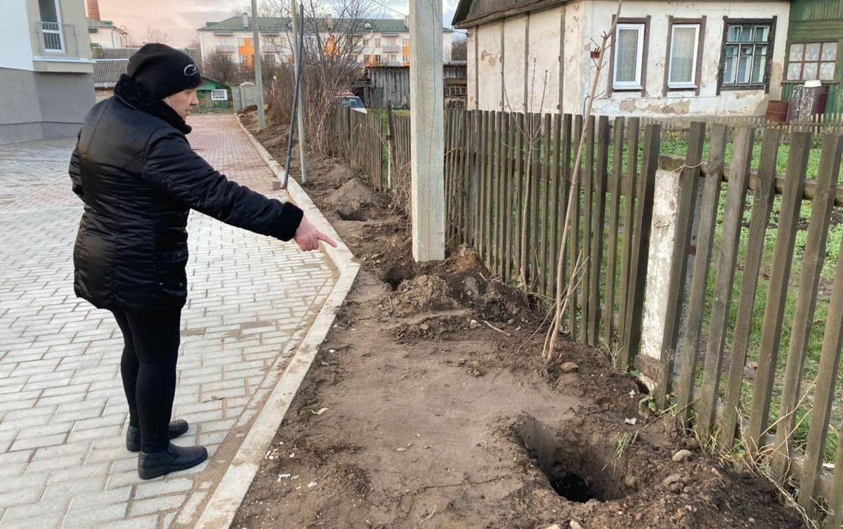 Людмила Гурская считает, что из-за нового забора убрать бурьян будет невозможно. Фото: Ирина КОМИК