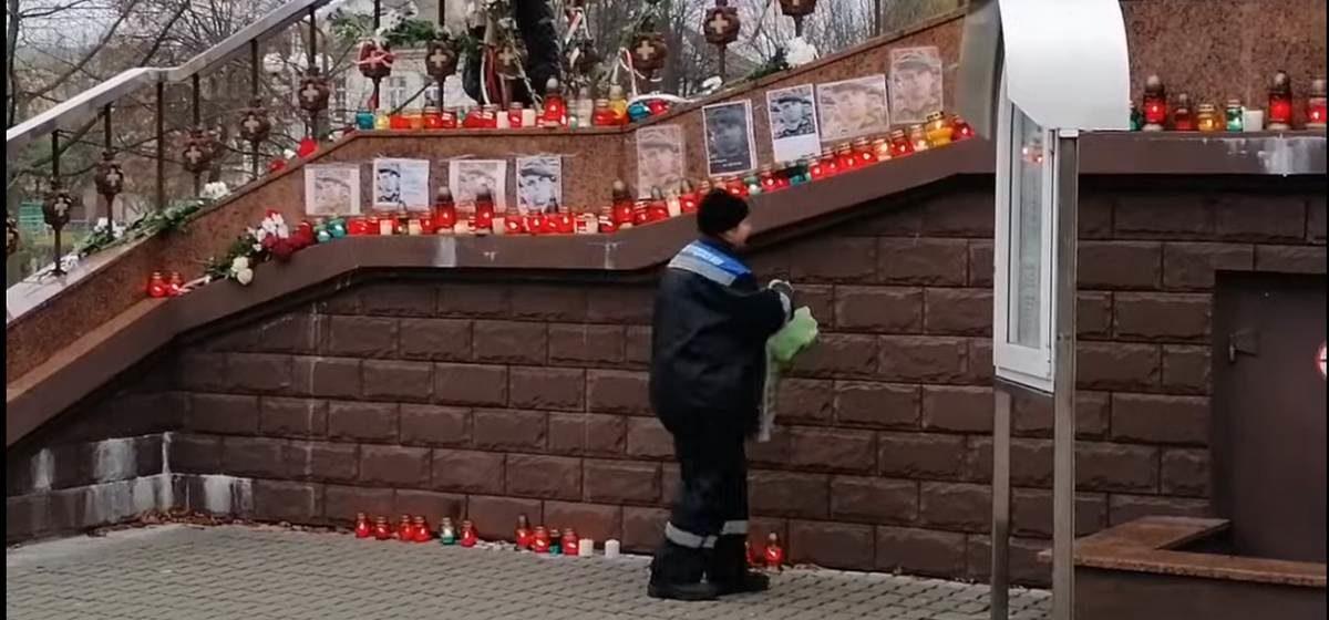 Коммунальные службы зачистили народный мемориал Бондаренко у церкви в Барановичах. Видеофакт