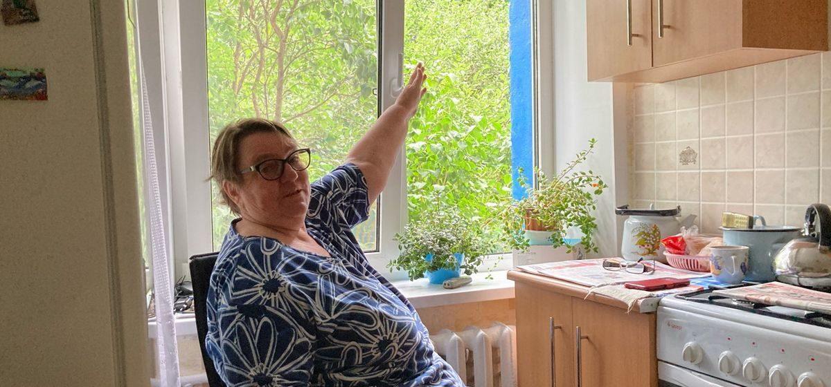«В ЖЭС не хотят уже со мной разговаривать». Три года просит убрать кусты под окном, которые заслоняют дневной свет, жительница Барановичей